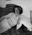 Mädchen auf Sofa, 1940, s/w-Fotografie, 40 x 40 cm