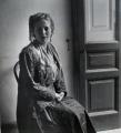 Mädchen auf Stuhl, 1940, s/w-Fotografie, 40 x 40 cm