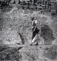 Mädchen vor Steinwand, 1940, s/w-Fotografie, 40 x 40 cm