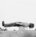 Klaus Rinke, Primärdemonstration, documenta 5, 1972, Handabzug auf Barytpapier, 25 x 25 cm