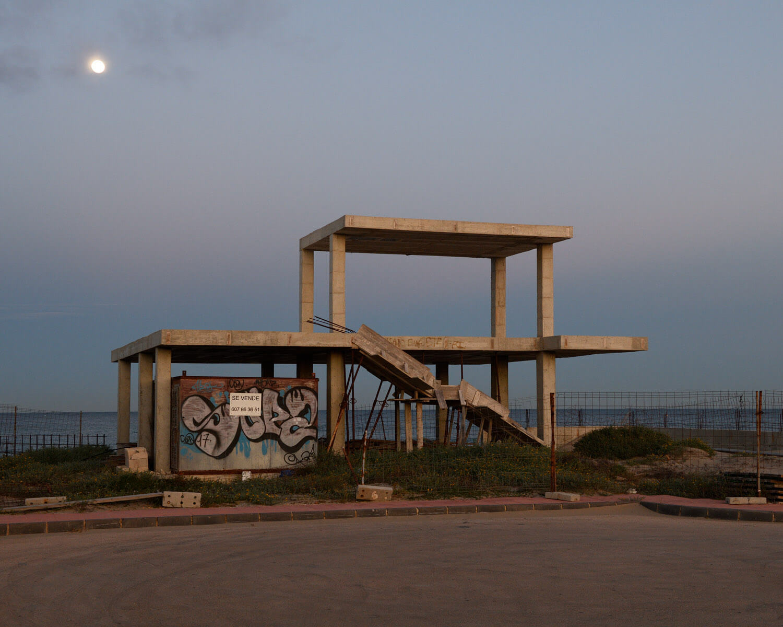 Göran Gnaudschun, Ruine, La Manga del Mar Menor (aus: Das bessere Leben, Murcia), 2020, Pigmentdruck, Motiv: 38,3 x 47,9 cm, Blatt: 42 x 52,4 cm