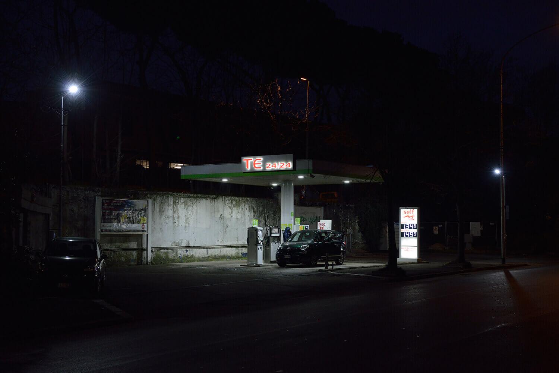 Göran Gnaudschun, Tankstelle, Centocelle (aus: Are You Happy?), 2017, Pigmentdruck auf Barytpapier, 80 x 120 cm