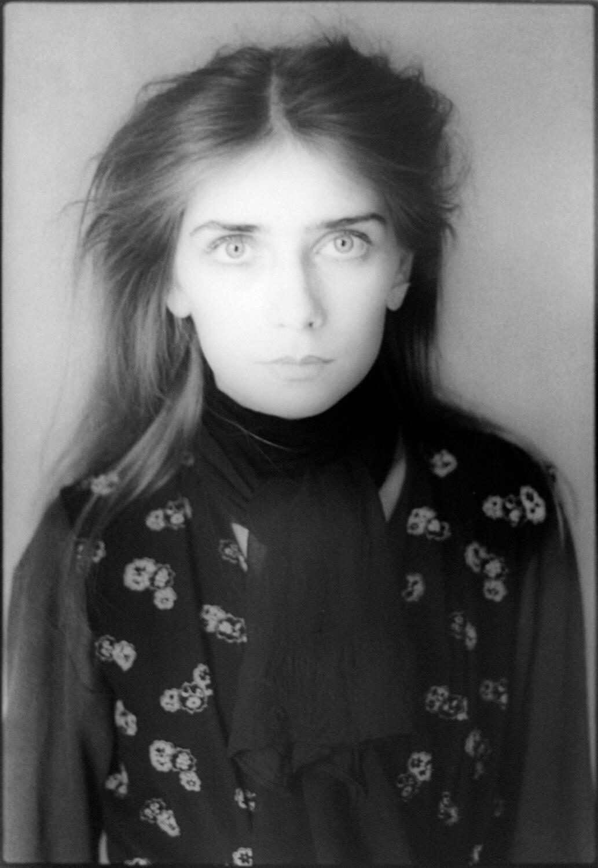 Gundula Schulze Eldowy, Kristin Leisenberg, Berlin 1982, Silbergelatineabzug, 58 x 48,5 cm, aus der Mappe: Zeit an Zeit, erschienen 1989 mit insgesamt 20 Fotos aus den Jahren 1979-89