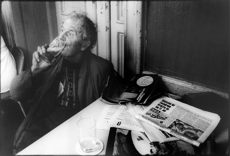Gundula Schulze Eldowy, Robert, der Zeitungsverkäufer, Berlin 1982, Silbergelatineabzug, 48,5 x 57,7 cm, aus der Mappe: Zeit an Zeit, erschienen 1989 mit insgesamt 20 Fotos aus den Jahren 1979-89