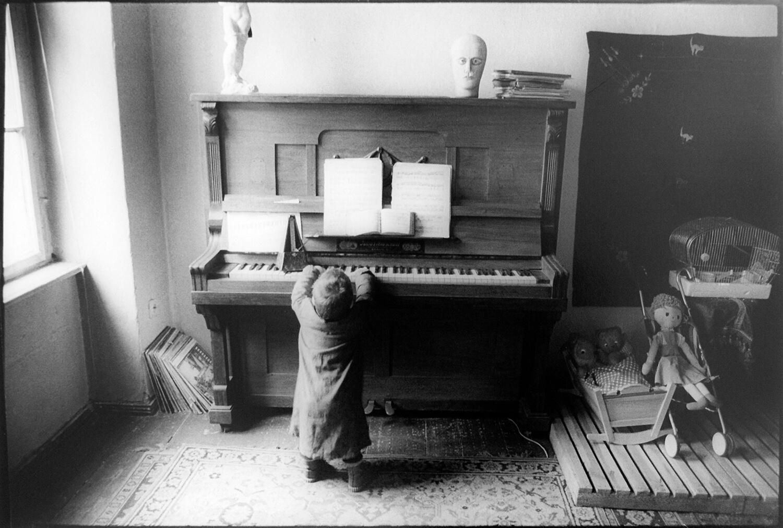 Gundula Schulze Eldowy, o.T., Berlin 1982, Silbergelatineabzug, 48,5 x 57,8 cm, aus der Mappe: Zeit an Zeit, erschienen 1989 mit insgesamt 20 Fotos aus den Jahren 1979-89