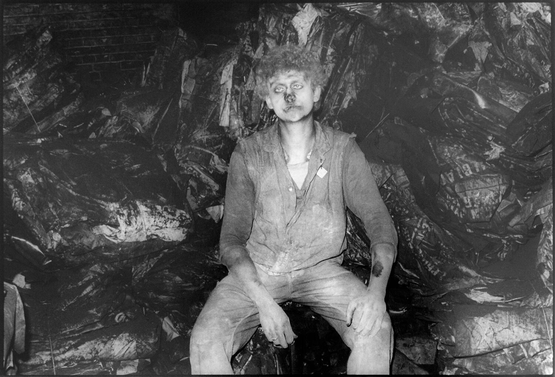 Gundula Schulze Eldowy, Andreas, der Rußkönig, Bad Blanckenburg 1985, Silbergelatineabzug, 49 x 58 cm, aus der Mappe: Zeit an Zeit, erschienen 1989 mit insgesamt 20 Fotos aus den Jahren 1979-89