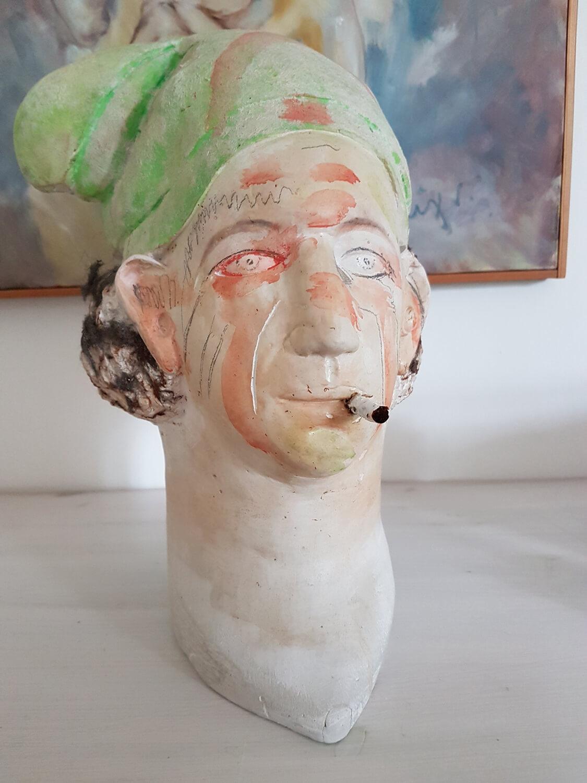 Joachim Schmettau, Selbstportrait mit Zipfelmütze, 1978, Gips, bemalt, Höhe 23 cm