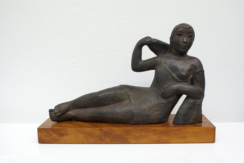Genni / Jenny Wiegmann-Mucchi, Liegendes Mädchen,1920er Jahre, Bronze, Auflage: 9, 23 x 35,5 cm