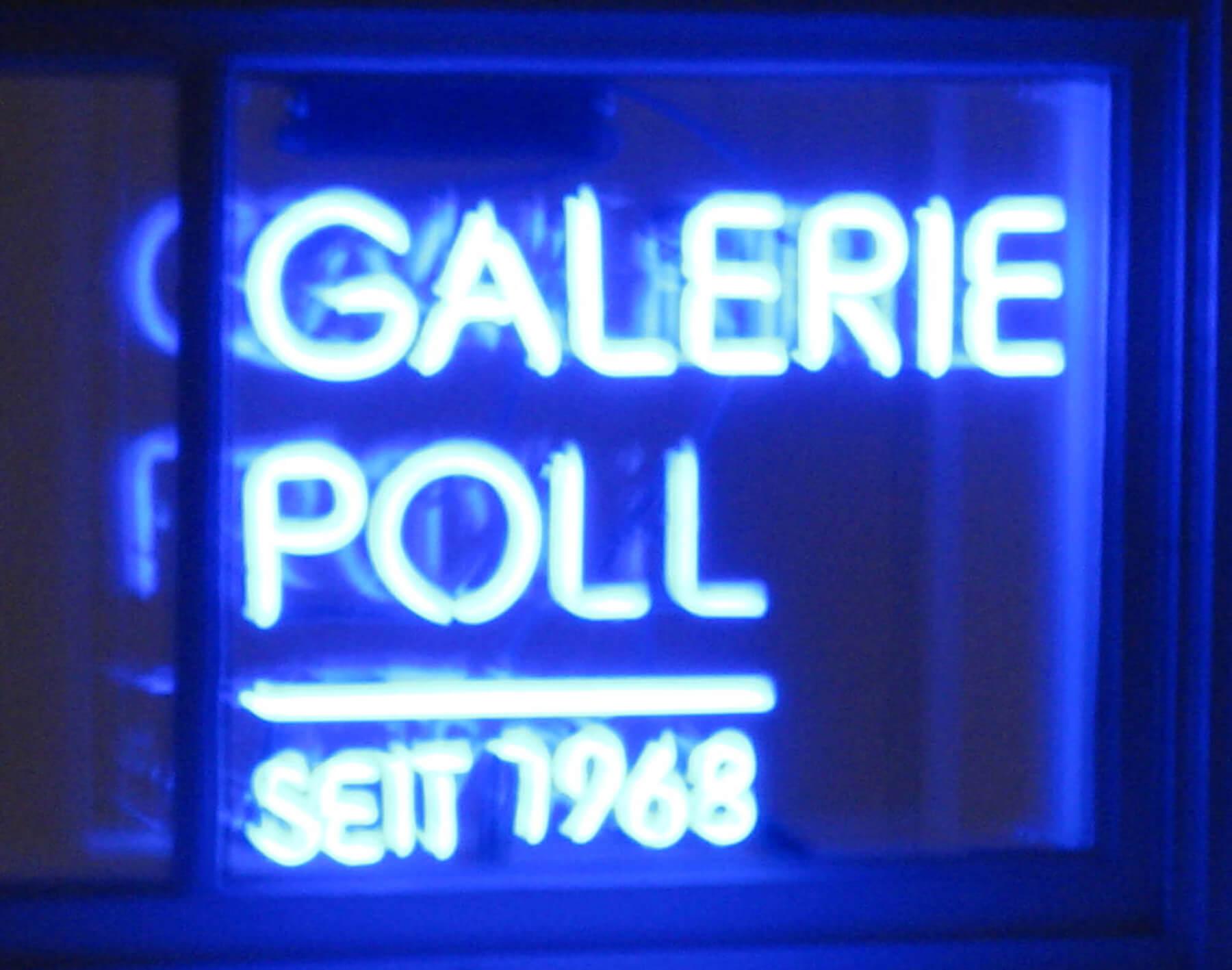 Neonschriftzug im Fenster der Galerie Poll