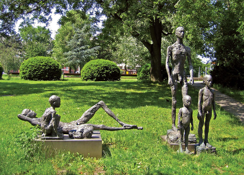 Sabina Grzimek, Stehende und liegende Gruppe, 1980/85, Bronze mit Sockel, 250 x 323 x 210 cm
