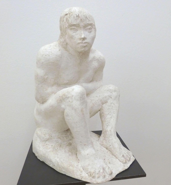 Waldemar Grzimek, Sitzender Knabe, um 1982, Entwurf für den Lebensalter-Brunnen am Wittenbergplatz Berlin, Gips, Höhe 40 cm